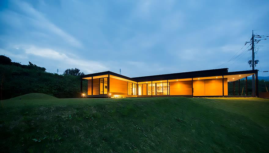 丘に建つ平屋の家
