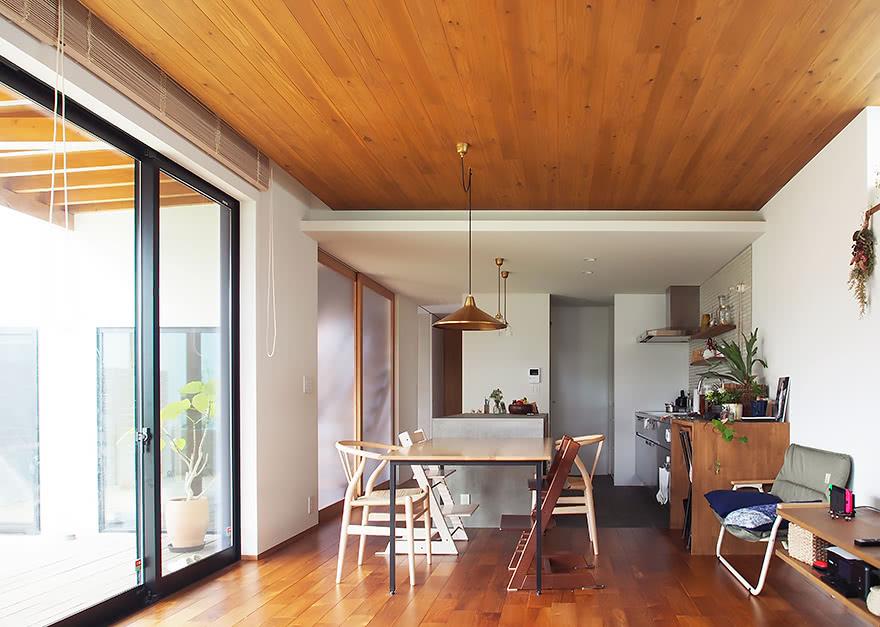 広いデッキをたのしむ家