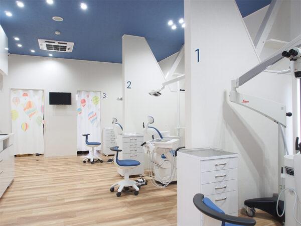 天井が高く解放感のある診察室