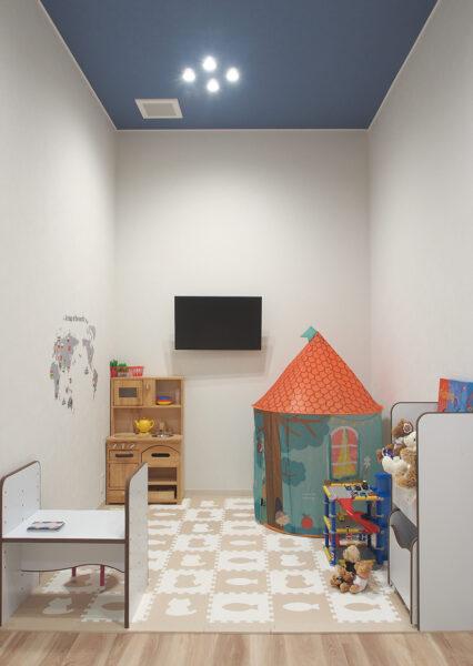 診察室にあるキッズスペースにはおもちゃやテレビも完備しています